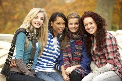 7175776-grupo-de-cuatro-chicas-adolescentes-sentado-en-el-banco-en-el-parque-de-oto-o